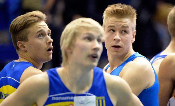 Otto Ahlfors (vas.), Samuli Samuelsson ja Ville Myllymäki olivat iskussa torstaina Tukholmassa. Viestikvartetin neljäs mies on Eetu Rantala. Kuva talven hallikaudelta.