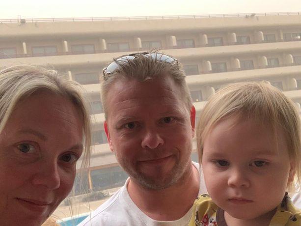 Hanna Salomäki on miehensä ja lapsensa kanssa jumissa Teneriffalla.