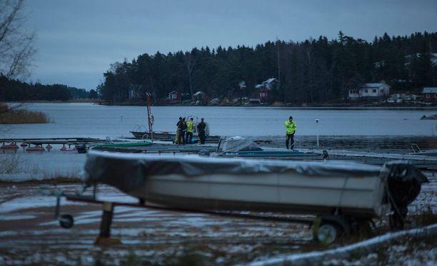 Sivullinen löysi ruumiin venelaiturin vierestä.
