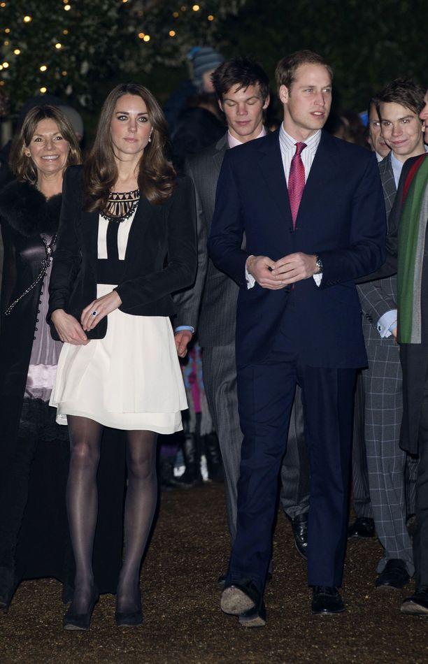 Pian kihlauksensa jälkeen vuonna 2010 Kate ja William näyttäytyivät hyväntekeväisyystapahtumassa.