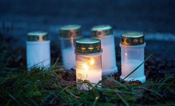 Turmapaikalle jätettiin kynttilöitä menehtyneen 10-vuotiaan muistoksi.