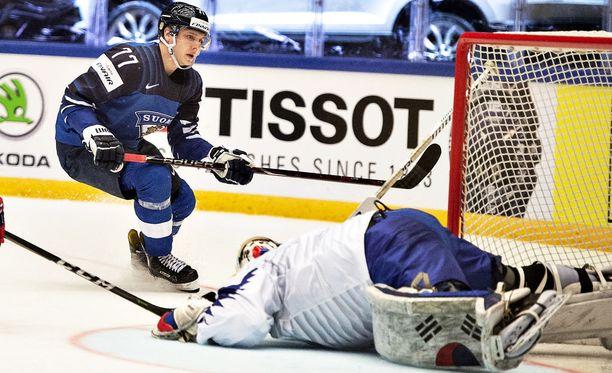 Markus Nutivaara sai tahtonsa läpi ja pääsi Leijonien vahvuuteen Tanskan MM-kisoihin. Kuvassa jäällä pötköttää Etelä-Korean maalivahti Matt Dalton.