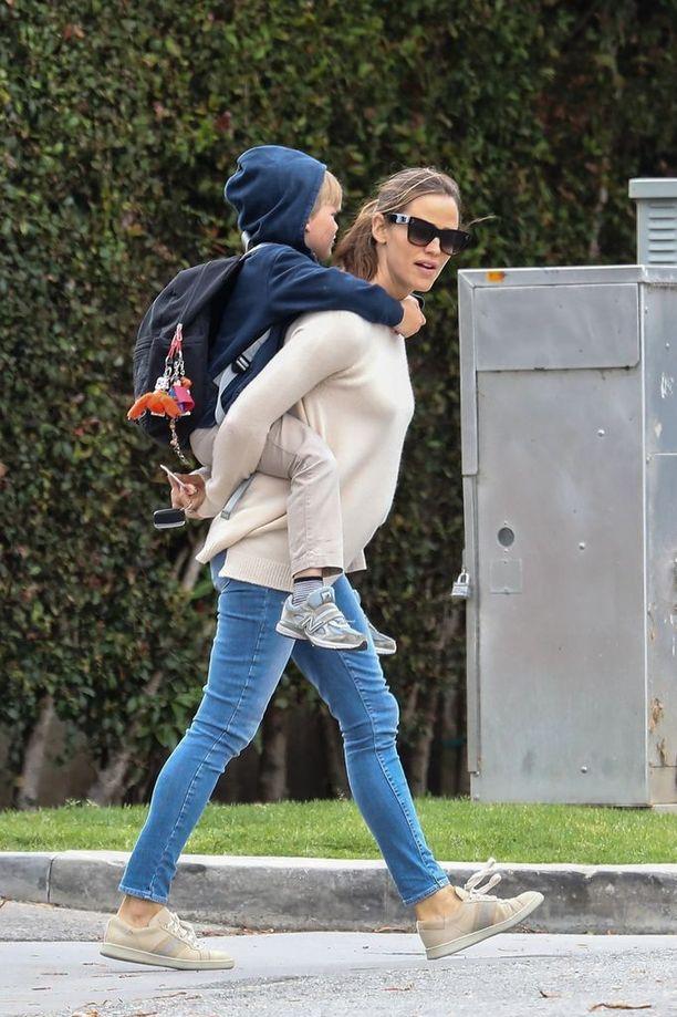 Välillä Samuel kulki äitinsä selässä.