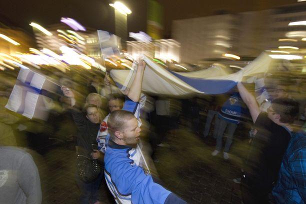 Jos Suomi voittaa, ilta jatkuu pitkään. Kuvassa Helsingin juhlahumua vuodelta 2011.
