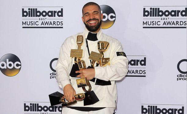 Näin maireana Drake oli viime vuoden Billboard Music Awards -palkintojenjakotilaisuudessa, mistä mies vei kotiinsa jopa 13 pystiä. Scorpionin suosiosta voi päätellä, että mies saa kanniskella palkintopystejä jatkossakin.