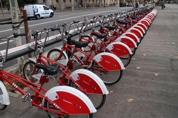 Paikalliset kritisoivat massiivisten turistipyöräparkkien vievän parkkitilaa kaupungista siinä määrin, että heidän omille pyörilleen on hankala löytää parkkipaikkaa. Kaupungin ydinkeskustassa mobiiliaplikaation avulla käyttöön saatavia pyöriä on tarjolla sadoittain.