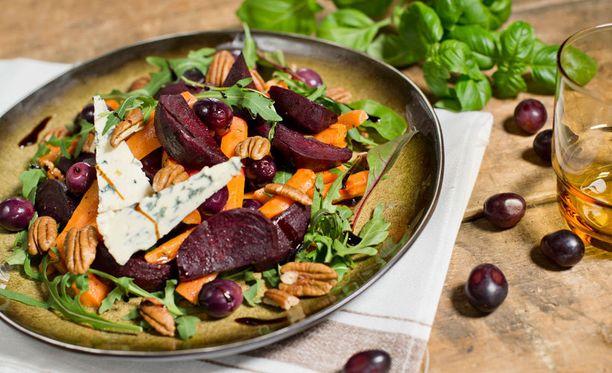 Rypäle-punajuurisalaatin voi syödä joko kylmänä tai lämpimänä.