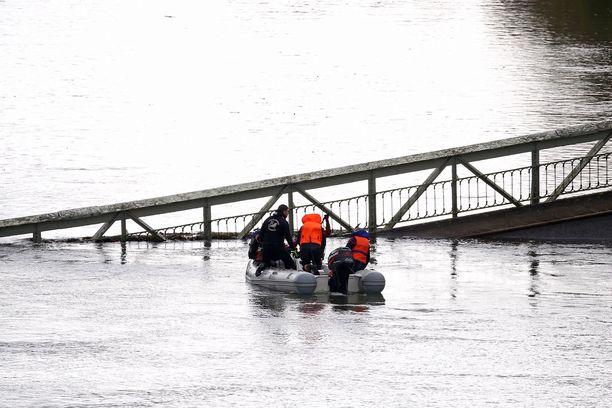 Onnettomuuspaikalla on runsaasti pelastustyöntekijöitä.