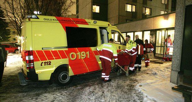 Mies ja nainen toimitettiin asuntopalosta sairaalaan.