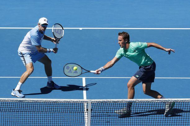 John Peers (vas.) ja Henri Kontinen joutuivat taipumaan Australian avointen finaalissa erin 0-2.