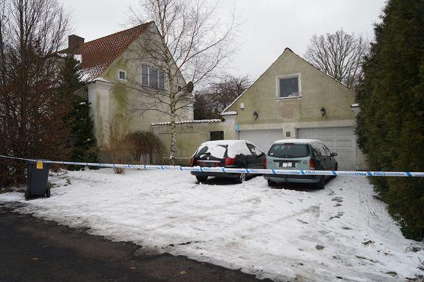 Poliisin mukaan taloon murtauduttiin viikko sitten. Myös toinen pihalla olleista autoista varastettiin.