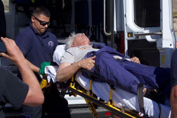 Hughes vietiin paareilla ambulanssiin.
