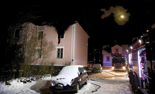 Kaksikerroksinen puutalo kärsi mittavia vahinkoja tulipalossa.