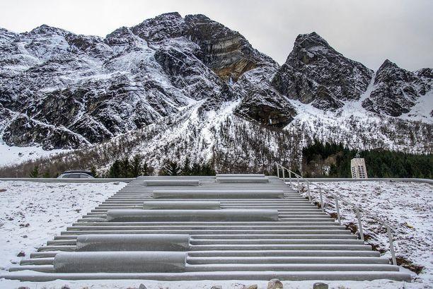 Amfi-portaat vievät rantaan, jossa liikenteen hälyäänet eivät häiritse.