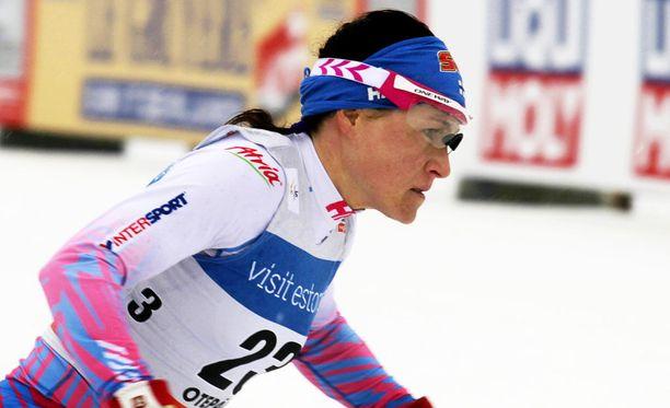 Aino-Kaisa Saarinen kaatui viimeisellä hiihto-osuudellaan.