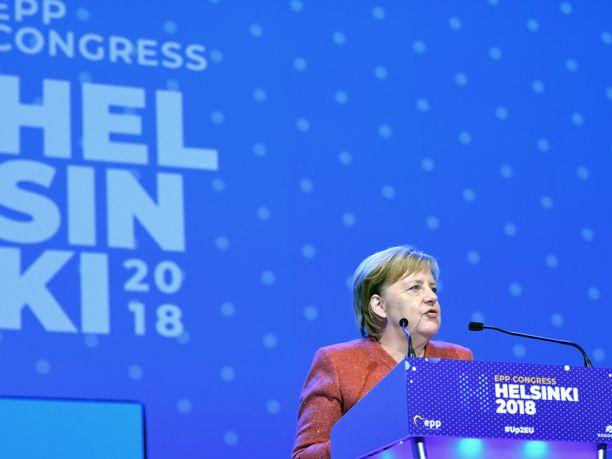 Saksan liittokansleri Angela Merkel julisti puheessaan suoraan sydämensä kuuluvan Manfred Weberille.