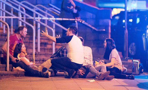 Konsertti oli lopuillaan, kun areenan aulan tuntumassa tai ulkopuolella ilmeisesti räjähti.