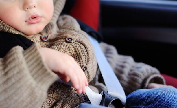Silminnäkijän arvion mukaan lapset autoon jättänyt mies oli ollut poissa noin kymmenen minuuttia.