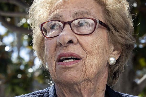 Auschwitzista hengissä selvinnyt Eva Schloss puhui natsitervehdyksiä tehneille oppilaille.