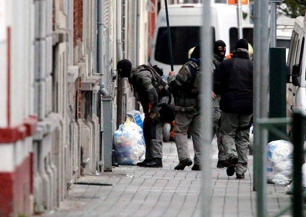 Belgiassa tehtiin maanantaina useita iskuja, kun erikoisjoukot etsivät Pariisin terrori-iskuista epäiltyjä. Kuva on Molembeekin alueelta.