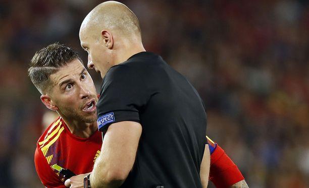 Sergio Ramos ja puolalaistuomari Szymon Marciniak keskustelivat kiivaasti ottelun aikana.