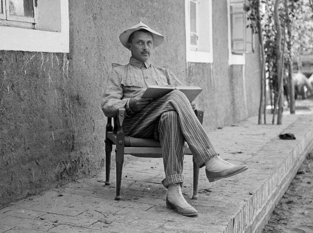 Mannerheim Kashgarissa Venäjän-lähetystöllä majapaikkansa edustalla matkan alussa syksyllä 1906.