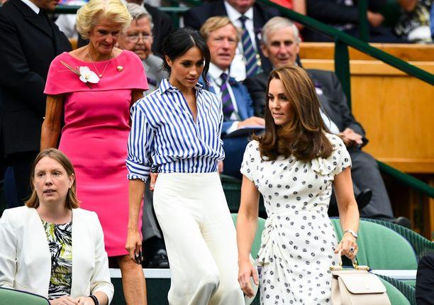 Herttuatar Meghanin asuvalinta herätti hämmennystä, koska tennisotteluiden rajatuomareilla on hyvin samankaltainen siniraidallinen paita yllään pelissä.