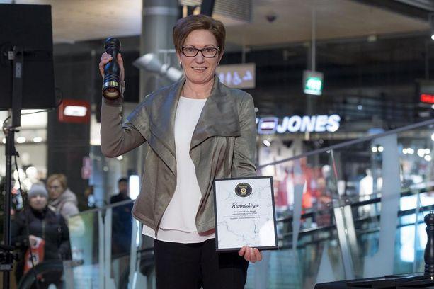 Markkinointipäällikkö Anneli Lehtinen iloitsi lukijoiden äänestystuloksesta. Arjen Helpottaja -palkinto meni uudelle Chipsters Foodin Hyvä Apaja uunivalmis kirjolohifileelle.