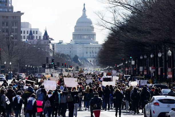 Opiskelijat osoittivat mieltään aseväkivaltaa vastaan ympäri Yhdysvaltoja 14. maaliskuuta. Suuria marsseja on luvassa tänä viikonloppuna.
