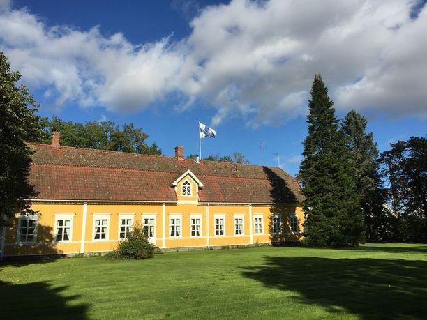 Huittisten Kivirannassa sijaitseva tilava ja näyttävä kartano on täynnä historiaa. Päärakennuksesta löytyy ruokailusali ja laitoskeittiö sekä erillinen asunto.
