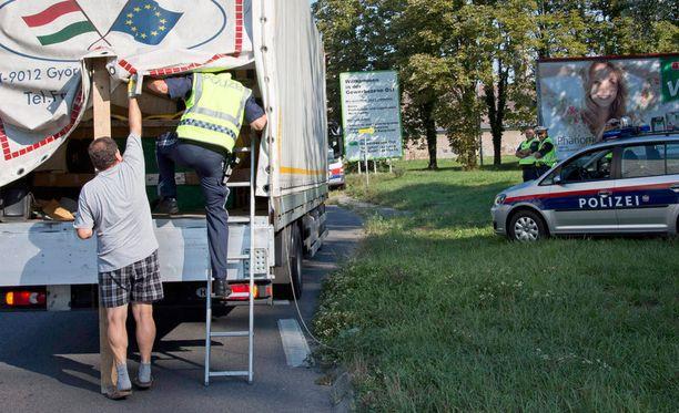 Itävallan poliisi tarkisti tänään ajoneuvoa mahdollisten ihmissalakuljettajien varalta Siegenedorfin läheisyydessä.