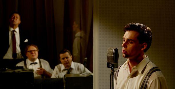 Elokuvassa Lauri Tilkanen nähdään Olavi Virran roolissa. Alkuperäiset Virran laulut tulevat kuitenkin ääninauhalta.