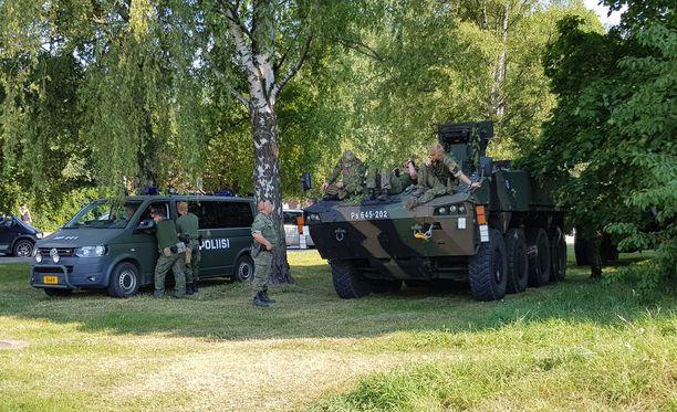 Poliisi on esittänyt virka-apupyynnön muun muassa puolustusvoimille. Kuvassa sotilaspoliiseja Töölön kisahallin parkkipaikan läheisyydessä.