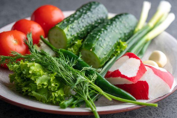 Täytä lautasesta aina ensin toinen puoli erilaisilla kasviksilla ja juureksilla.