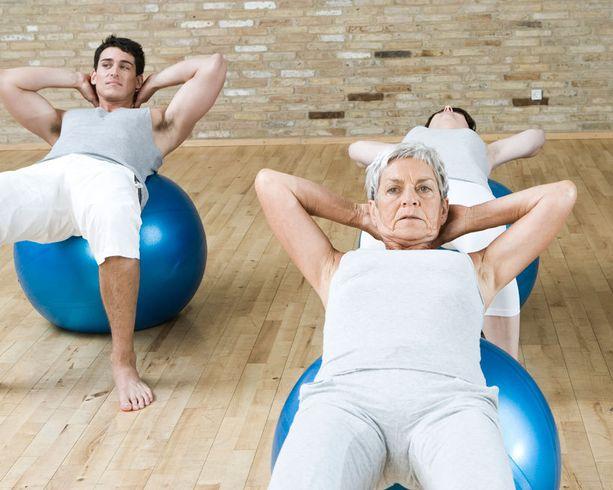 Kuntopallon päällä tehtävät vatsalihasliikkeet kehittävät lihaksistoa monipuolisesti.