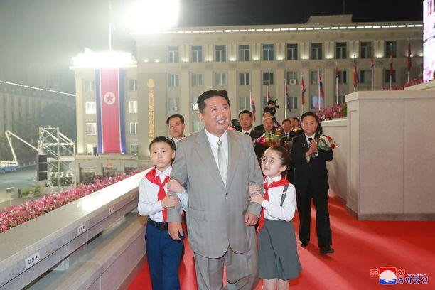Lapset saattoivat Kim Jong-unin itsenäisyyspäivän juhlallisuuksiin Pohjois-Korean valtionmedian välittämissä kuvissa.