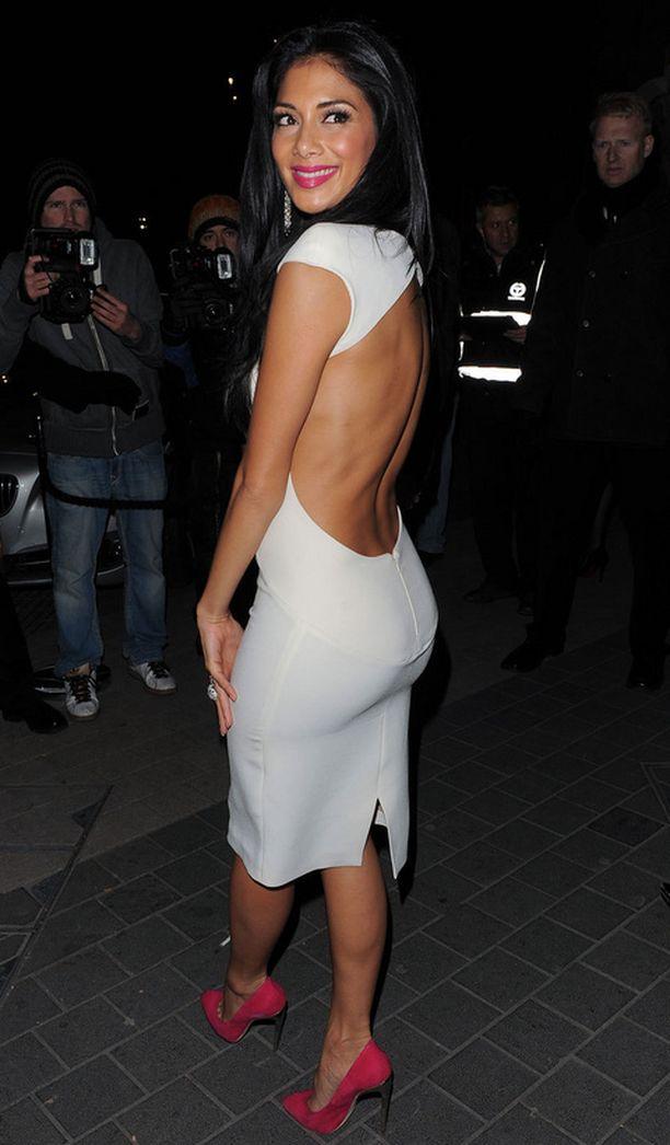 Nicole Scherzingerin valkoisen kotelomekon juju on avonaisessa selässä ja sitä piristävät pinkit korot.