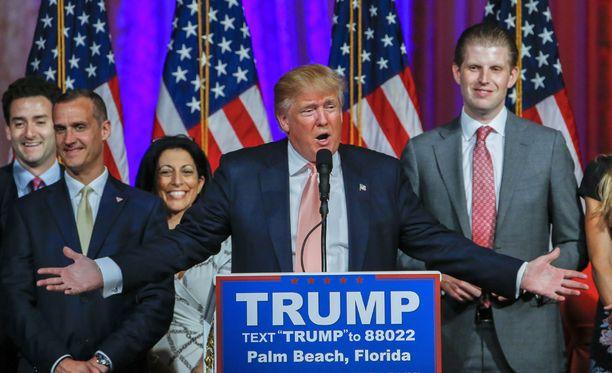 Corey Lewandowskia (toinen vasemmalta) syytetään naistoimittajan häirinnästä Donald Trumpin kampanjatapahtumassa tämän kuun alussa.