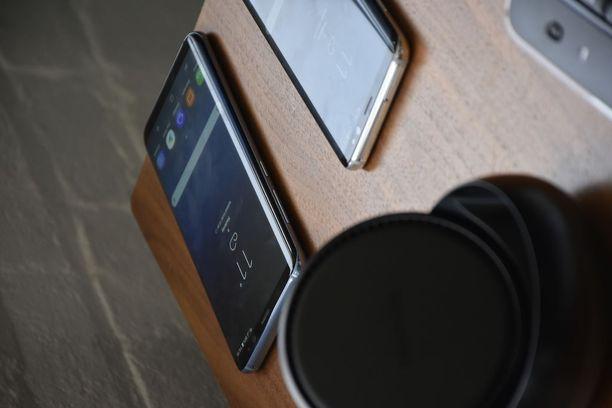 Kuvan etualalla näkyy Dex-telakka, jonka avulla älypuhelimeen on mahdollista liittää iso näyttö, näppäimistö ja hiiri.