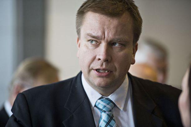 Kansanedustaja Antti Kaikkonen (kesk) on huolissaan harvinaisten neurologisten sairauksien kanssa kamppailevista perheistä.