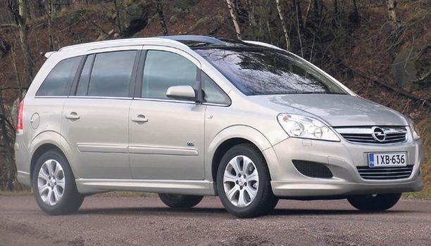 KULMAA Opel on ulkomuodoltaan kulmikkaampi Mazdaa.