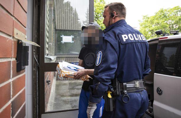 Irakilaismies on saapunut Suomeen turvapaikanhakijana vuonna 2015. Hän oleskeli ensin Itä-Suomessa, mutta päätyi sitten Poriin.