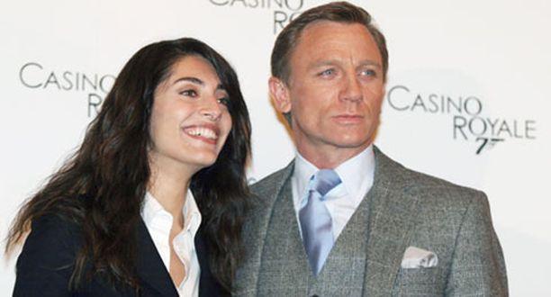Caterina Murinon ja Daniel Craigin tähdittämä Casino Royale kerää kehujen lisäksi myös huikeita pääsylipputuloja.