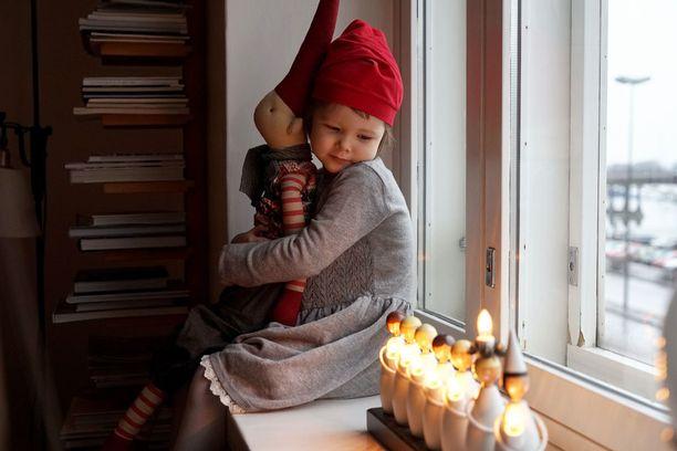 Fanny 4 v. Fanny viettää joulua kotona oman perheensä kanssa ja odottaa joulua todella kovasti. Joka aamu hän on innolla herännyt, kun saa avata joulukalenterin ja laskee päiviä jouluun. Jouluun kuuluu rauhallista oleskelua perheen kanssa, joulukuusen hakeminen yhdessä vanhempien kanssa ja sen koristelu. Lempikoristeet ovat Fannyn oma jouluporo ja iso tonttu (kuvassa), jota Fanny pienempänä kylläkin pelkäsi. Jouluun kuuluu myös syömistä, joulutorttujen leipomista, yhdessäoloa ja joulupukin odotusta. Pukilta on tänä vuonna toivottu erityisesti Frozen-lahjoja ja innokkaalle uimarille uimalasit.