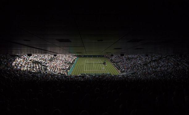 Keskuskenttä oli täynnä katsojia Roger Federerin ja Aleksandr Dolgopolovin kohtaamisessa tiistaina.