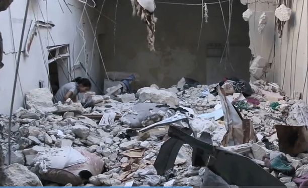 Doha, 10, pelastettiin kotitalonsa raunioista Aleppossa.