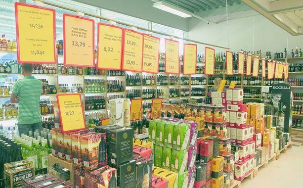 Puitteiltaan Valkan Alko1000 on suuri varastomyymälä, jossa myydään suoraan lavoilta.
