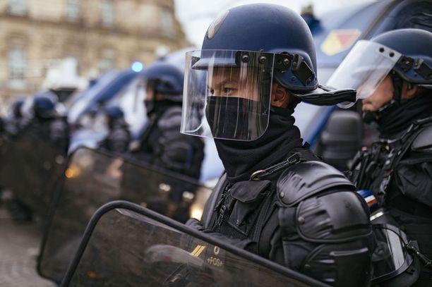 Poliiseilla oli kovat otteet mielenosoittajia vastaan.