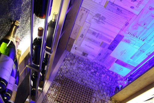Kattoa varten pariskunta keräsi viinilaatikoita.