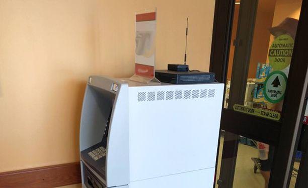 Epäilyttävän näköinen pankkiautomaatti odottaa varomattomia käyttäjiä ruokakaupan eteisessä.